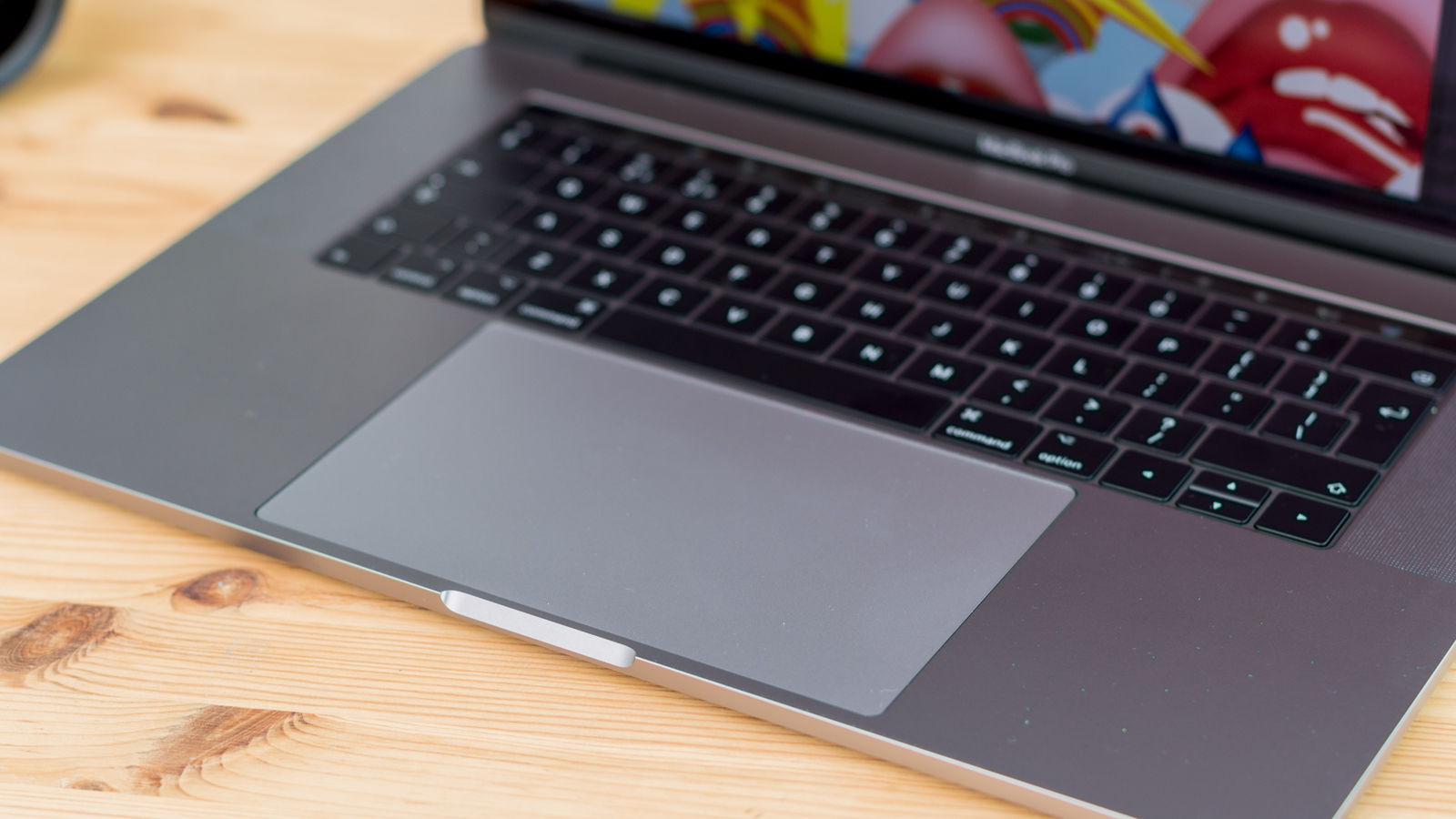 Compared to the pretty large already trackpad of the 2015 macbook pro it s even easier to precisely position the cursor